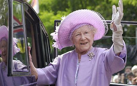 Queen Mother waving at car