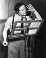 Orson_welles_at_radio_microphone