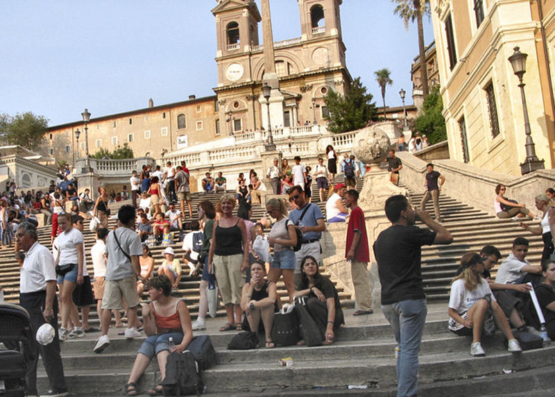 Tourists_on_spanish_steps
