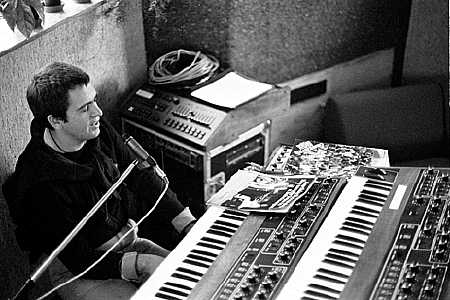 Peter_gabriel_with_prophet_5_synths