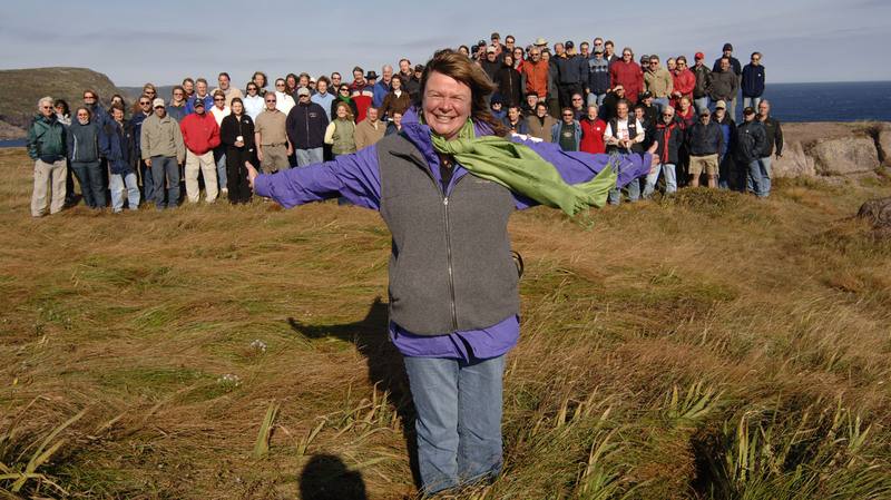 Shelagh_rogers_and_crowd_at_cape_spear